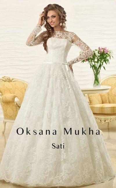 Пышное свадебное платье с поясом и декором из кружева с крупным рисунком по всей длине.