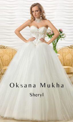 Смелое свадебное платье с пышным силуэтом и объемной вышивкой на лифе.