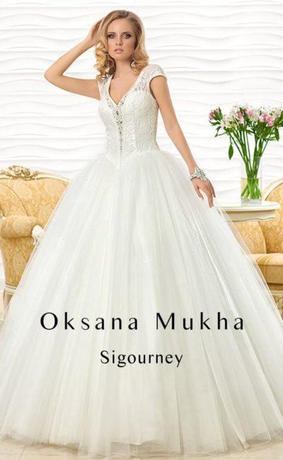Свадебное платье пышного силуэта с короткими ажурными рукавами и оригинальным вырезом.