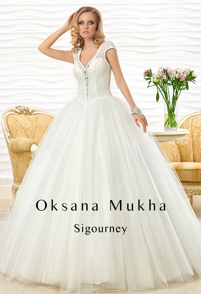 98ee07055533d4a Свадебное платье пышного силуэта с короткими ажурными рукавами и  оригинальным вырезом.