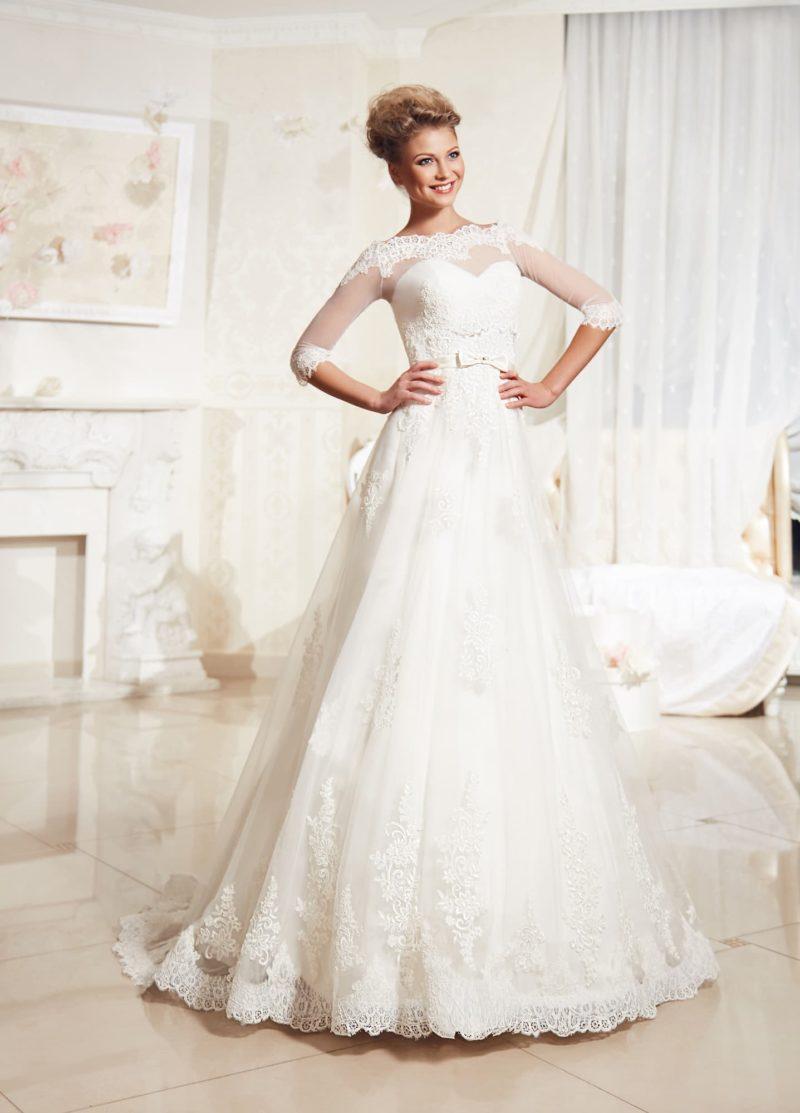 Свадебное платье «принцесса» с полупрозрачным болеро, подчеркивающим декольте портретным вырезом.