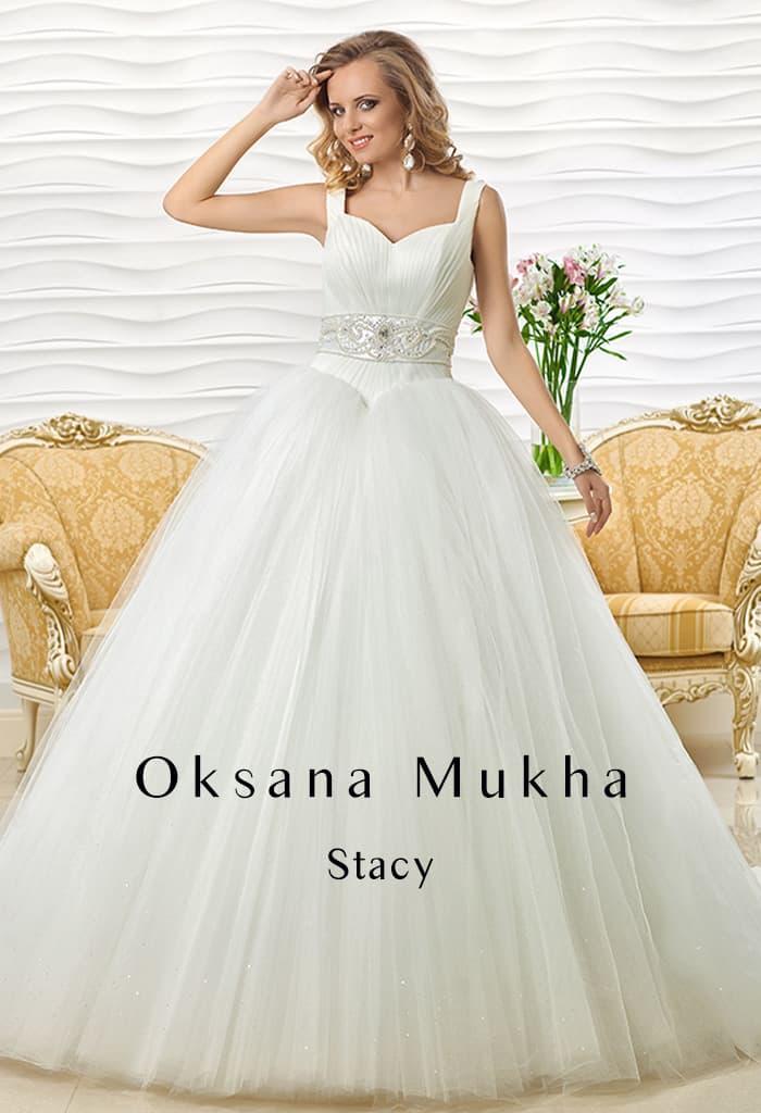 Пышное свадебное платье с оригинальной формы вырезом с широкими бретельками.