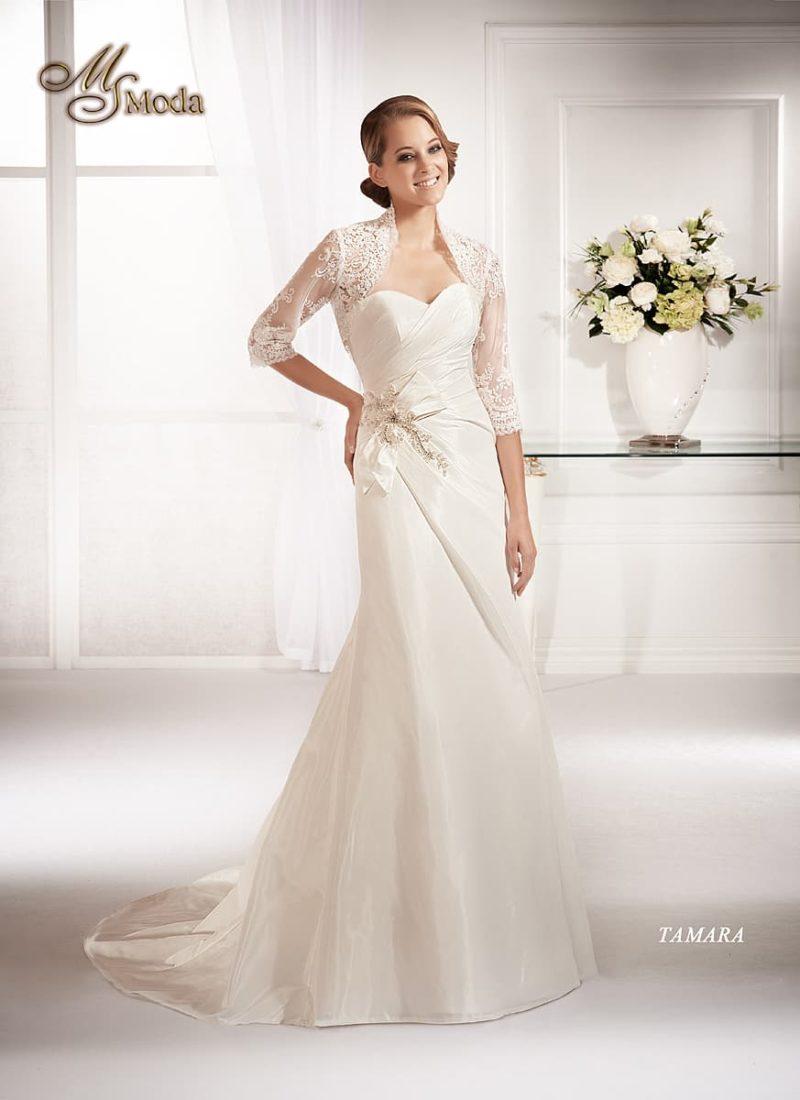 Атласное свадебное платье с кружевным болеро и роскошным шлейфом сзади.