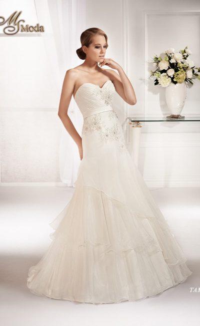 Изысканное открытое свадебное платье с силуэтом «принцесса», многоярусной юбкой и атласным поясом.