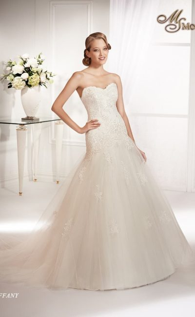 Свадебное платье «принцесса» с кружевной отделкой корсета и многослойной юбкой.