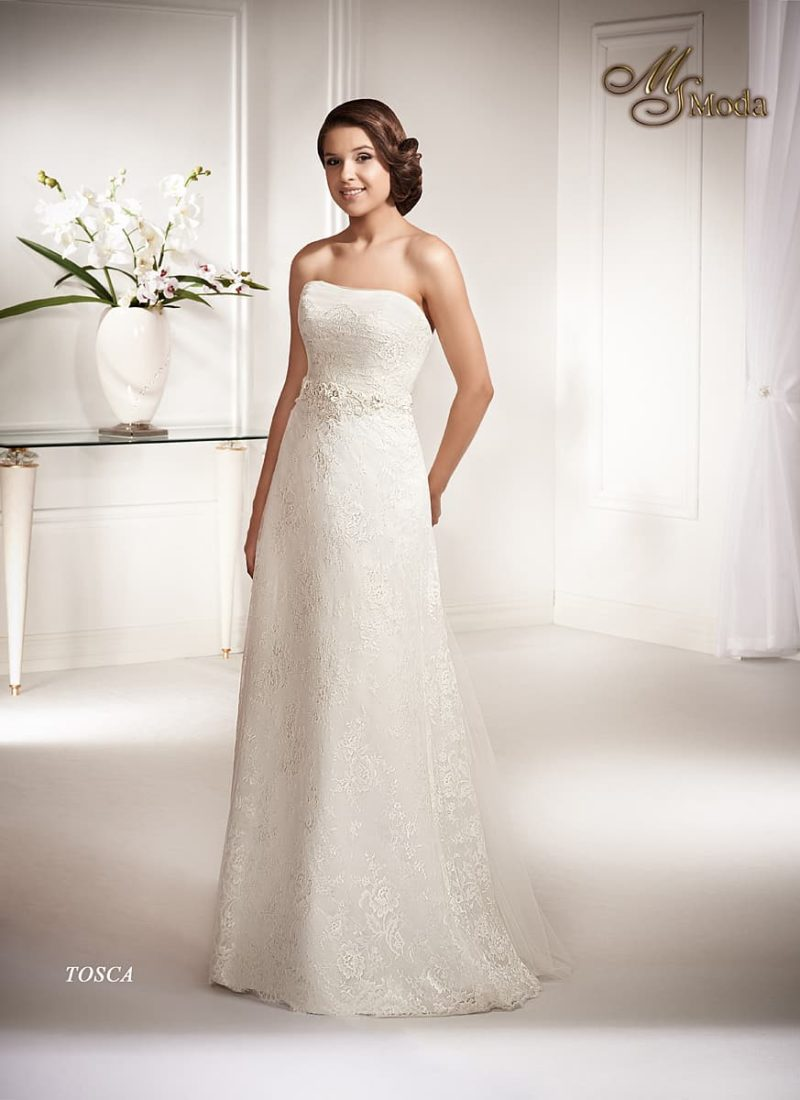 Открытое свадебное платье прямого силуэта, по всей длине покрытое кружевной отделкой.