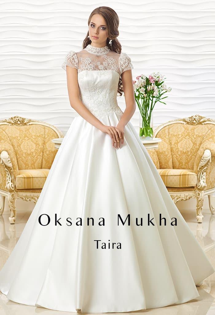 Свадебное платье из атласа с силуэтом «принцесса» и объемными ажурными рукавами.