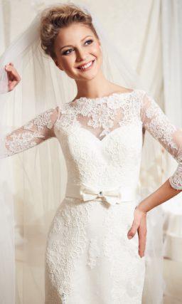 Закрытое свадебное платье с разрезом на юбке прямого кроя и кружевными рукавами.