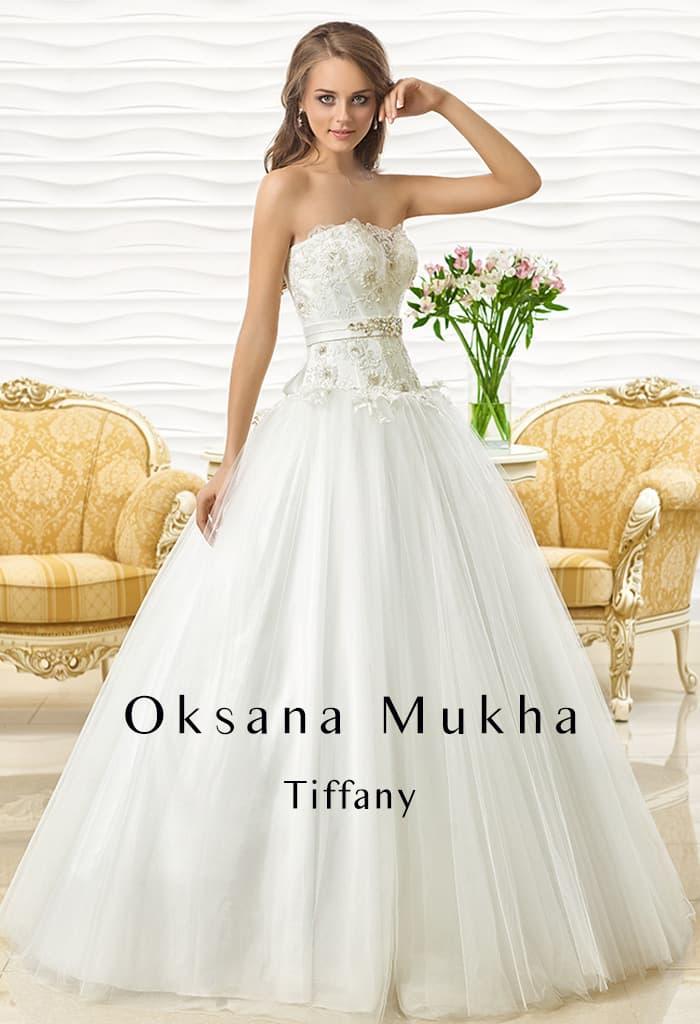Пышное свадебное платье с вертикальными складками по подолу и кружевом на корсете.