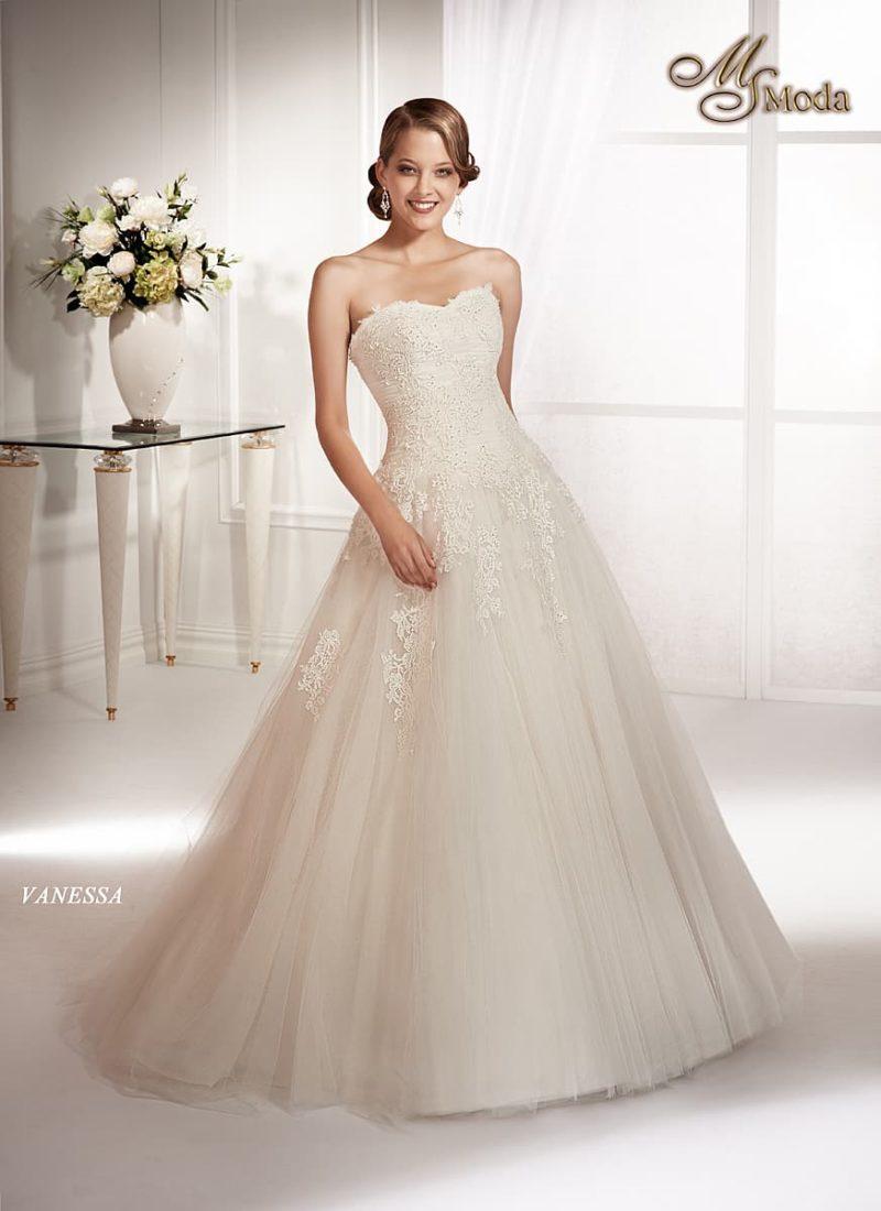 Нежное свадебное платье А-силуэта с кружевным декором по всей длине.