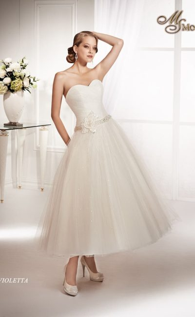 Открытое свадебное платье чайной длины со сверкающим поясом с крупным бутоном сбоку.