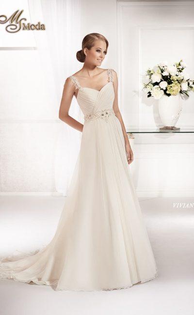 Прямое свадебное платье с широким поясом на талии и ажурными бретелями.