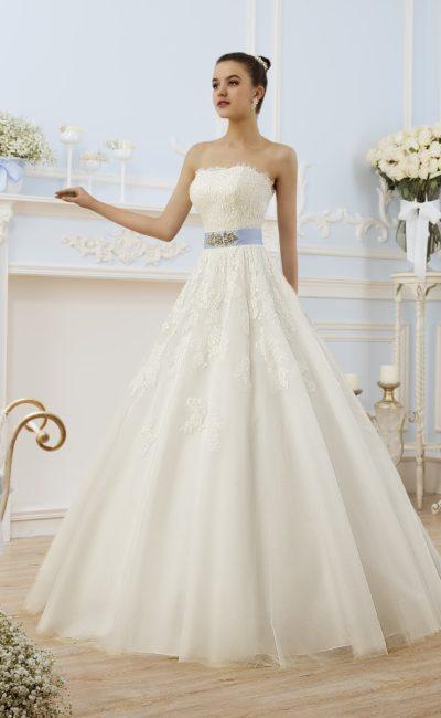 Открытое свадебное платье силуэта «принцесса» с кружевным лифом и атласным голубым поясом.