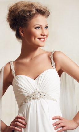 Свадебное платье в ампирном стиле с вышивкой под лифом и узкими бретельками.