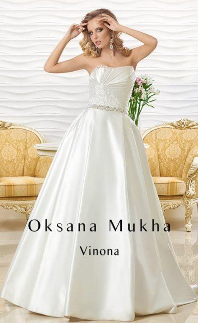 Роскошное атласное свадебное платье А-силуэта с драпировками и вышивкой на корсете.