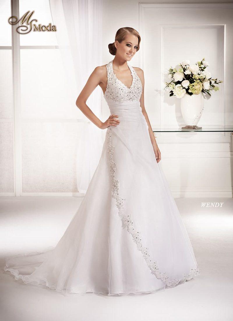 Изящное свадебное платье силуэта «принцесса» со шлейфом и американской проймой.