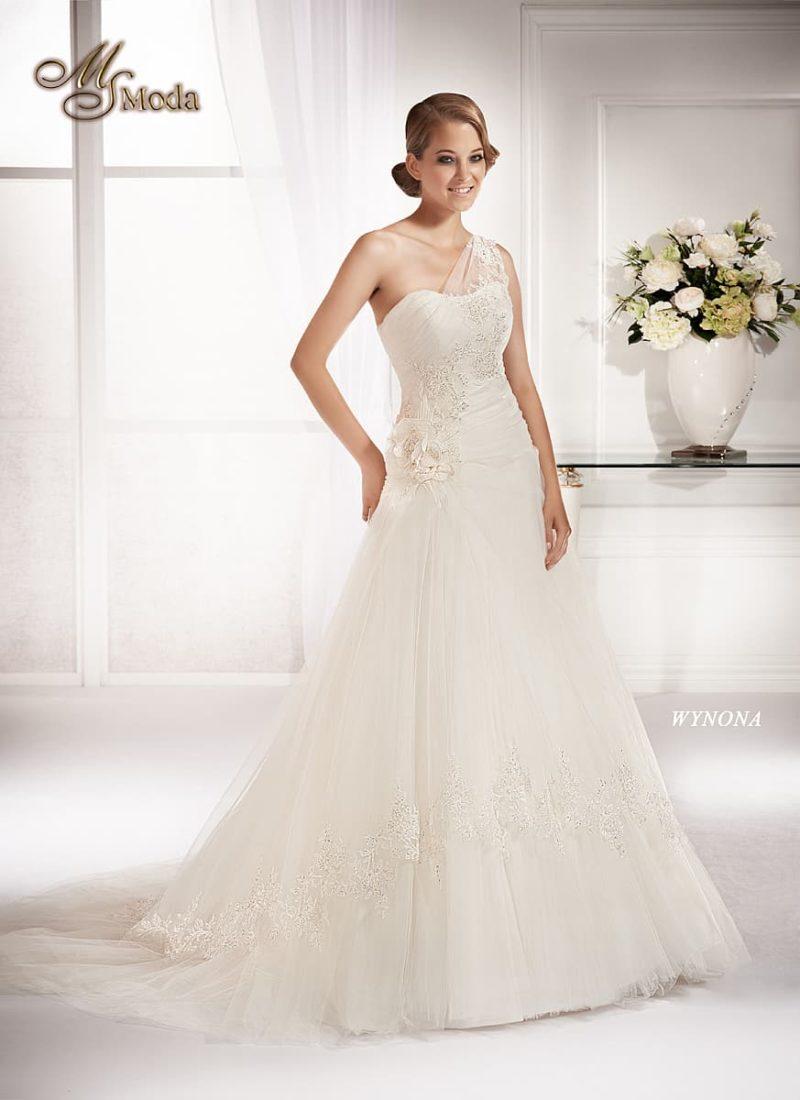 Свадебное платье «принцесса» с полупрозрачной бретелью и романтичным декором.