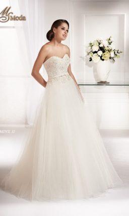 Открытое свадебное платье А-силуэта с изящным корсетом с лифом в форме сердечка.