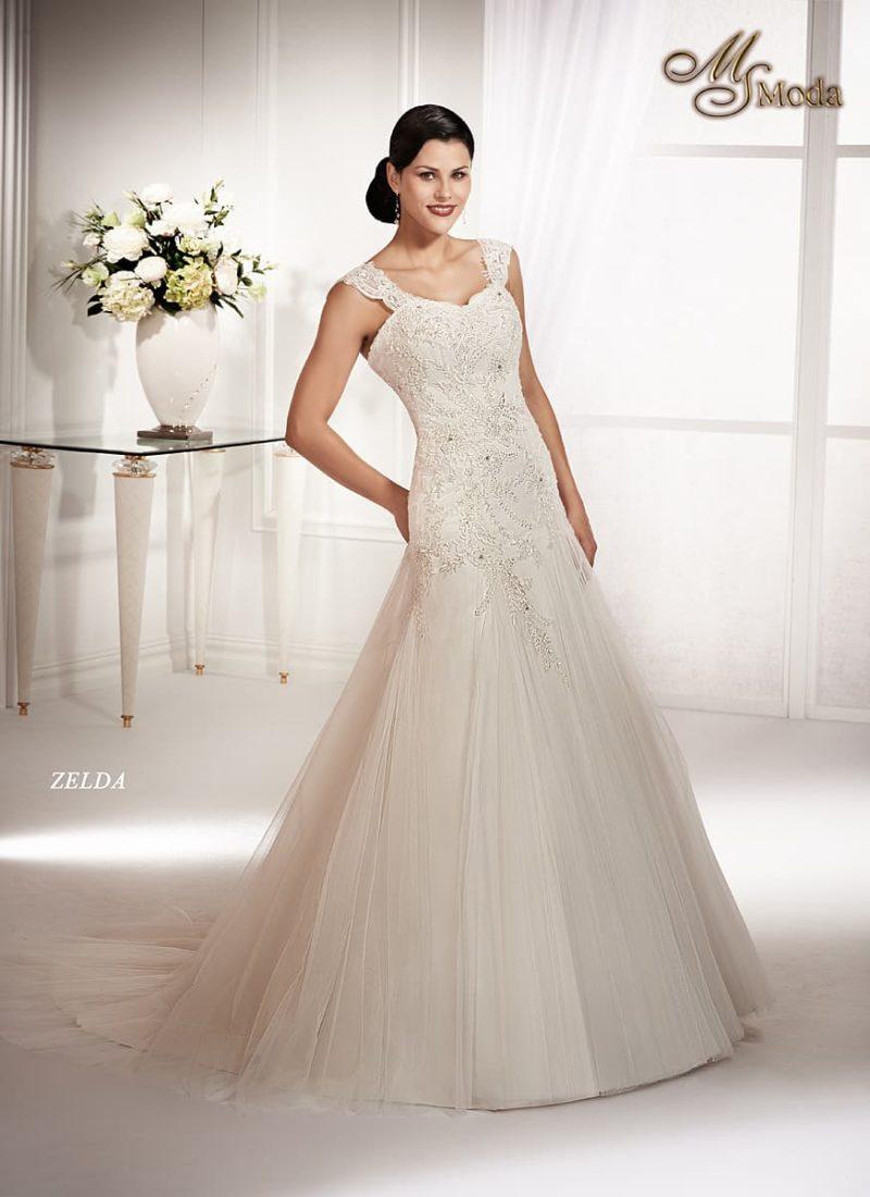 Роскошное свадебное платье силуэта «принцесса» с заниженной талией и кружевным декором.