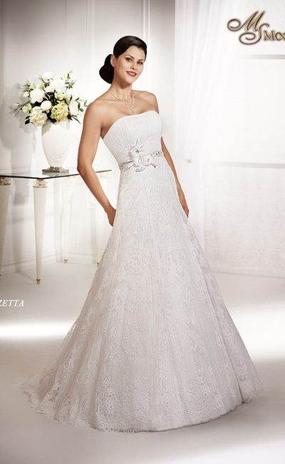 Кружевное свадебное платье силуэта «принцесса» с открытым лифом с вертикальными драпировками.
