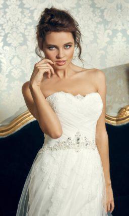 Открытое свадебное платье силуэта «рыбка» с полупрозрачной верхней юбкой.