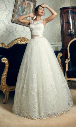 Пышное свадебное платье с кружевным декором и широким розовым поясом из атласа.