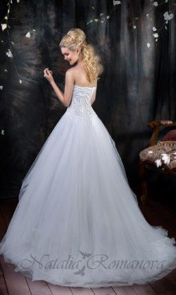 Открытое свадебное платье силуэта «принцесса» с атласным лифом и кружевным декором юбки.