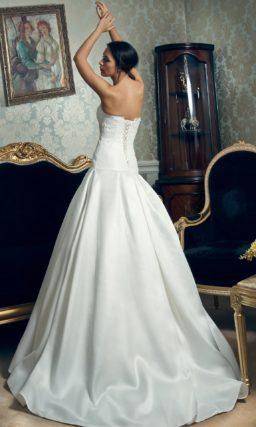 Атласное свадебное платье пышного силуэта с кружевом и вышивкой на корсете.