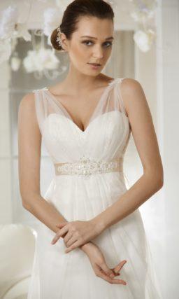 Свадебное платье в ампирном стиле с декором из прозрачной ткани и с атласным поясом.