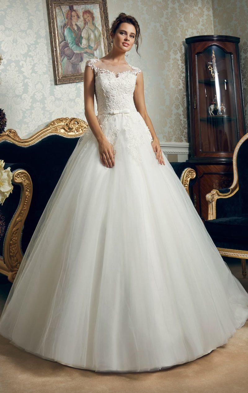 Пышное свадебное платье с фактурным кружевом на корсете.