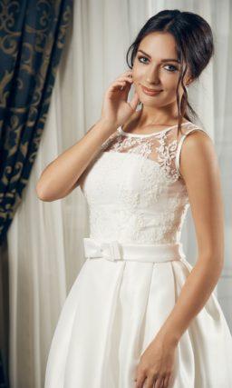 Прямое свадебное платье из атласной ткани с кружевным декором лифа.