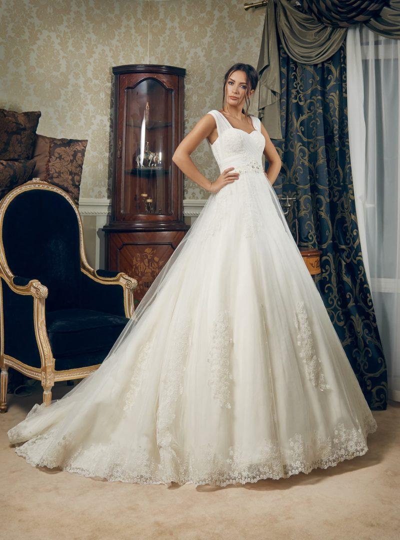 Пышное свадебное платье с кружевной юбкой со шлейфом и широкими бретелями.