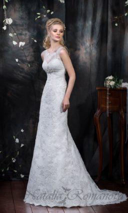 Кружевное свадебное платье с элегантным прямым силуэтом и открытой спинкой.