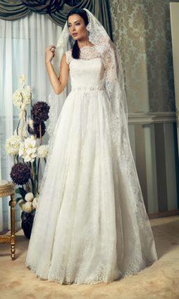 Прямое свадебное платье с кружевной отделкой и широким поясом с объемной вышивкой.