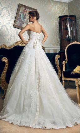 Свадебное платье «принцесса» с кружевным декором и атласным поясом с вышивкой.