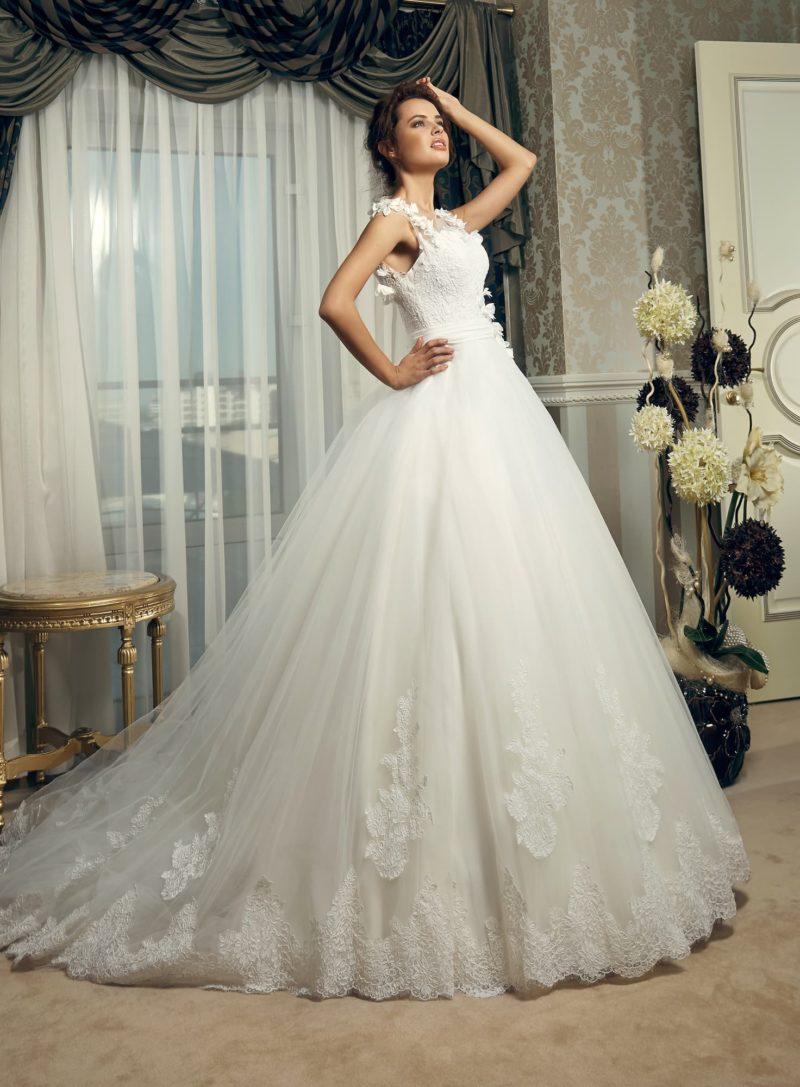 Свадебное платье силуэта «принцесса» с объемными бутонами на корсете.