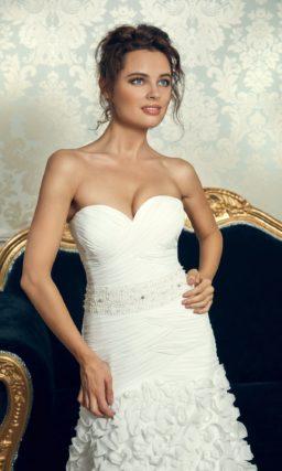 Свадебное платье силуэта «принцесса» с заниженной талией и оборками на подоле.