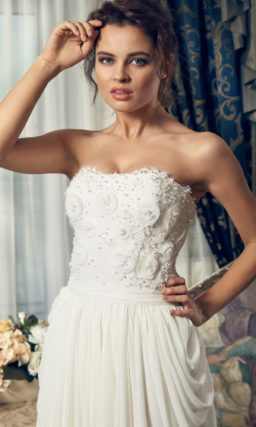 Свадебное платье в ампирном стиле с причудливыми драпировками на юбке со шлейфом.