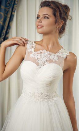 Свадебное платье силуэта «принцесса» с фигурным кружевным вырезом.