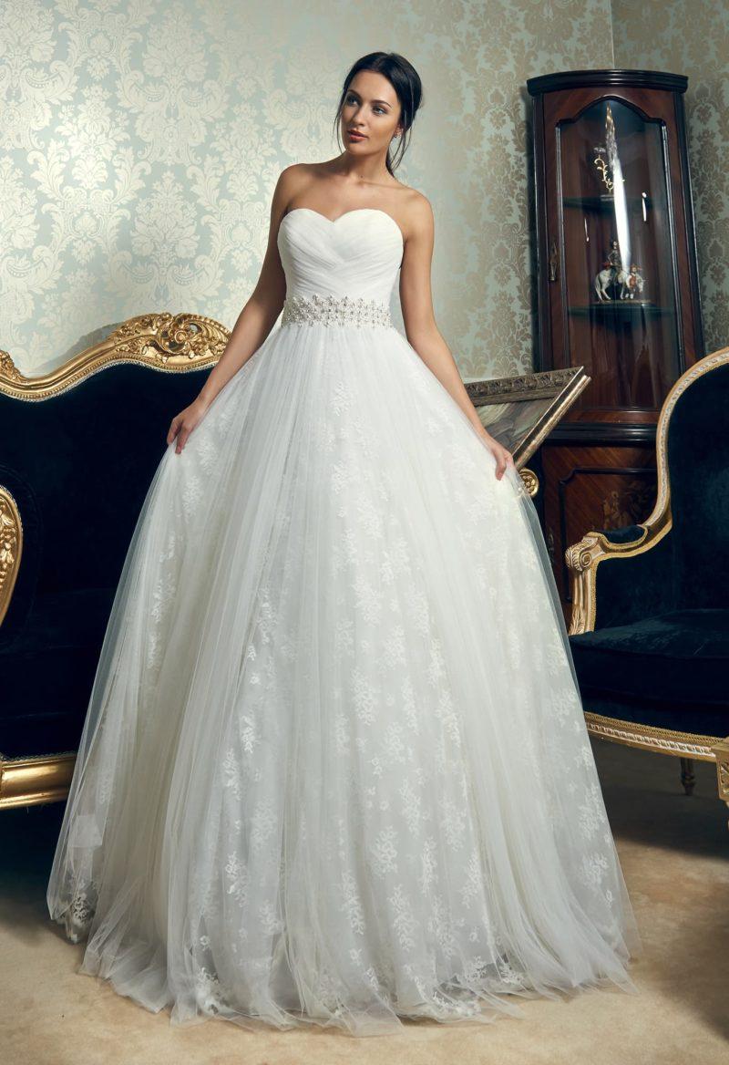 Свадебное платье «принцесса» с кружевной юбкой и широким поясом, расшитым бисером.