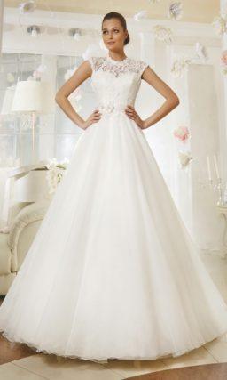 Свадебное платье с кружевным верхом, украшенным бутонами поясом и юбкой А-силуэта.