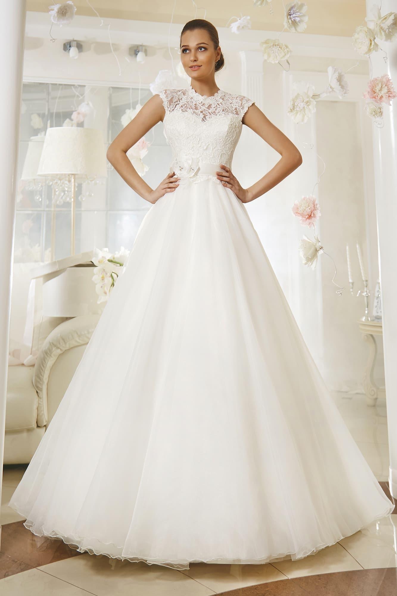 Свадебное платье с кружевным верхом, украшенным бутонами поясом и юбкой  А-силуэта. 8cf85121e7b