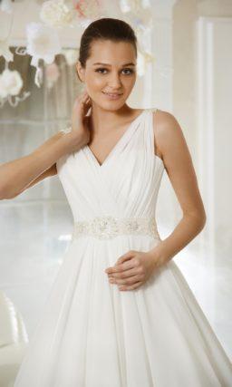 Свадебное платье силуэта «принцесса» с изысканным V-образным декольте и широким поясом.