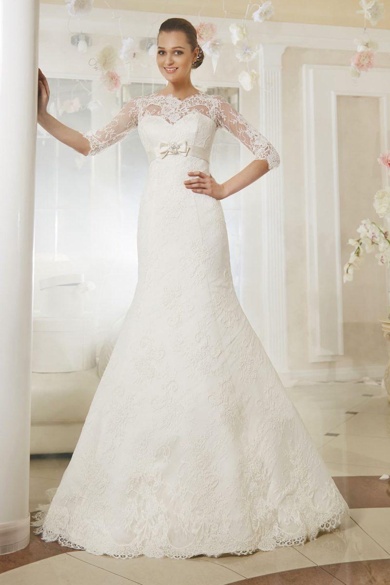 Свадебное платье «рыбка» с атласным поясом на завышенной талии и кружевными рукавами.