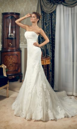 Открытое свадебное платье силуэта «рыбка» с кружевным шлейфом и вышивкой под лифом.