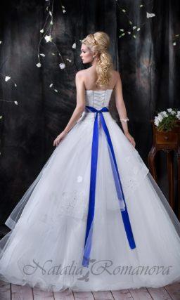 Открытое свадебное платье с цветным атласным поясом и многослойной юбкой с аппликациями.