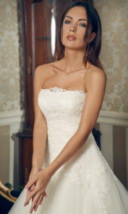 Свадебное платье силуэта «принцесса» с ажурным декором открытого корсета.