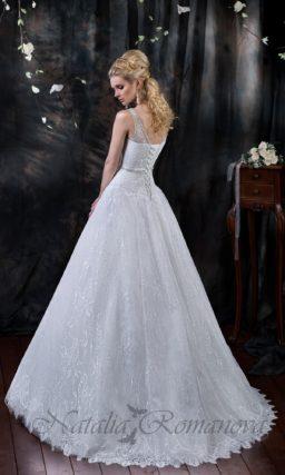 Свадебное платье «принцесса» с отделкой глянцевым кружевом и с поясом на талии.