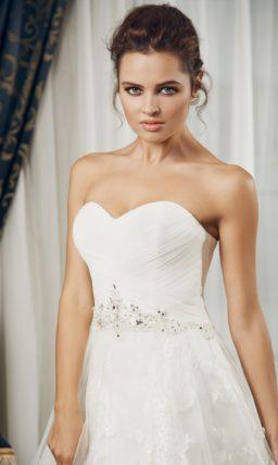 Открытое свадебное платье «принцесса» с широким поясом, расшитым бисером.