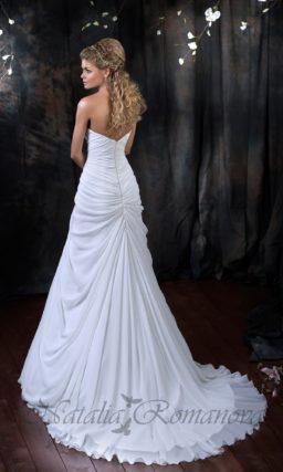 Свадебное платье «принцесса» с отделкой из драпировок и сверкающей бисерной вышивкой.